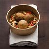 Falafel con fideos de arroz y verduras thai