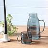 Jarra vidrio y taza azul