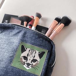Cosmetiquera hecha a base de jeans rescuperados