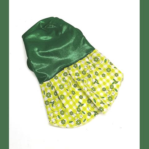 Vestido verde estampado de flores.