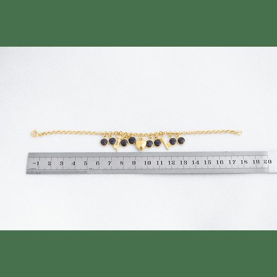 Pulsera dorada con figuras y resina