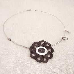 Collar Flor 9 Pétalos negros