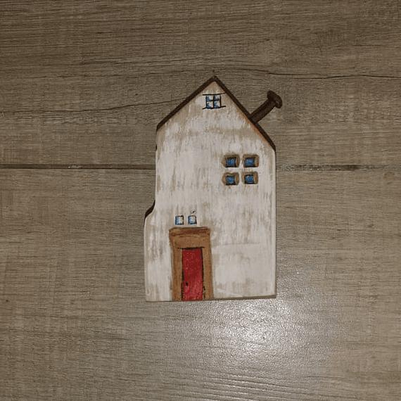 Casita Blanca puerta roja