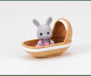 Conejo bebé con cuna