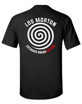 Polera M/C Serigrafía Los Morton · Estamos S̶o̶l̶o̶s̶ En Vivo