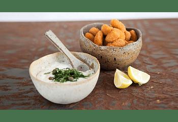 Choritos apanados con crema de ciboulette y alcaparras
