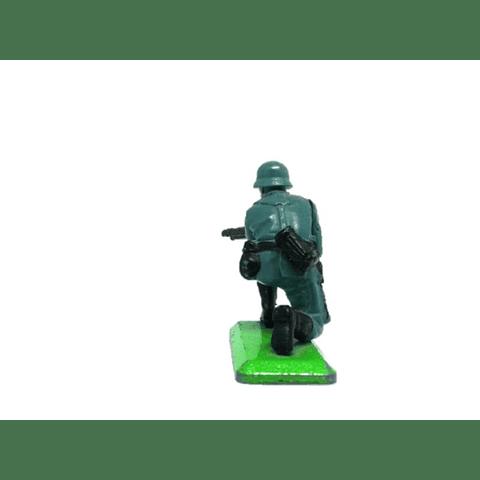 Soldado alemán arrodillado con MG42. WWII