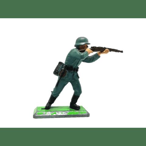 Soldado alemán de pie disparando rifle. WWII
