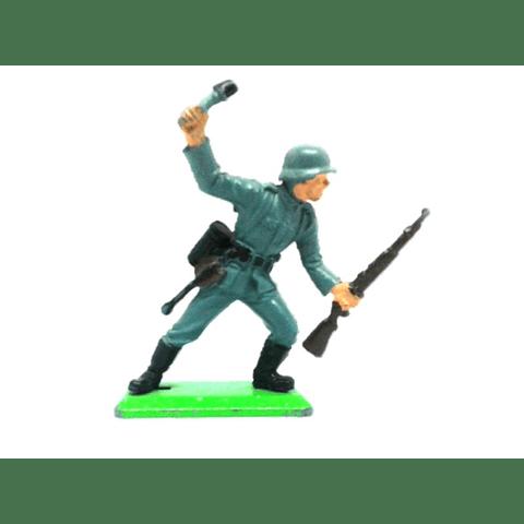 Soldado alemán de pie con granada y rifle. WWII