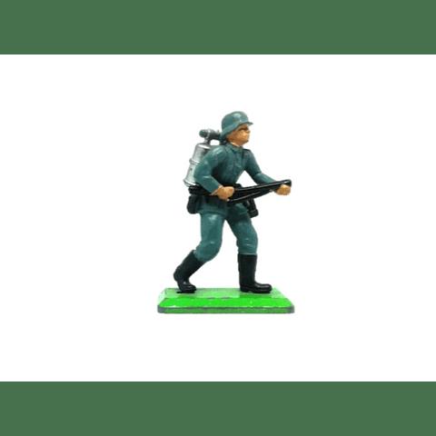 Soldado alemán de pie con lanza llamas. WWII