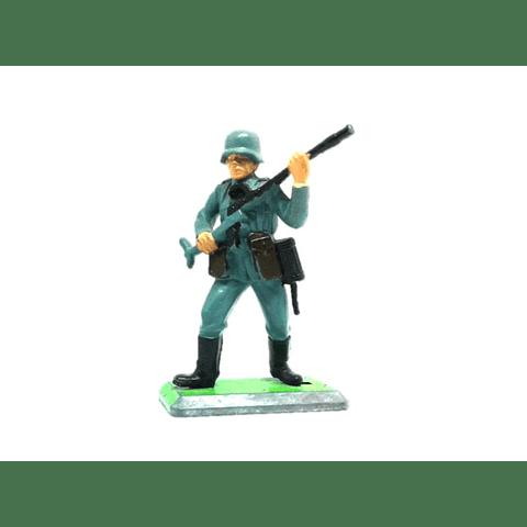 Soldado alemán avanzando con MP41. WWII