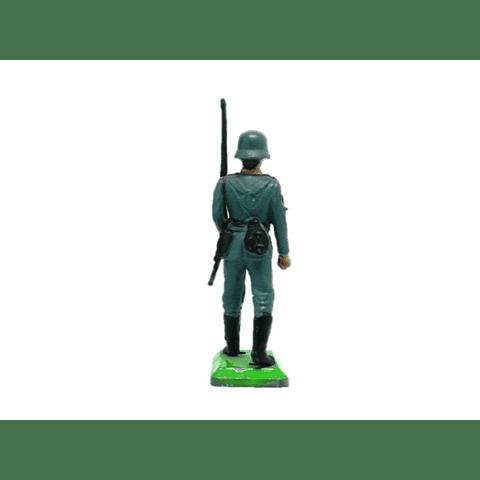 Soldado alemán marchando con rifle. WWII
