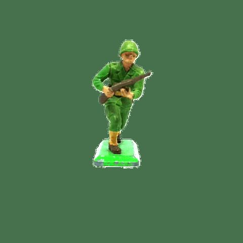 Soldado de los Estados Unidos corriendo con rifle. WWII