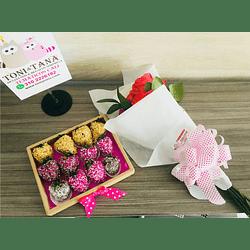 Fresas con Chocolate en Caja Madera y  bouquet de  Rosas