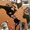 Mapa mundi negro corcho a la vista