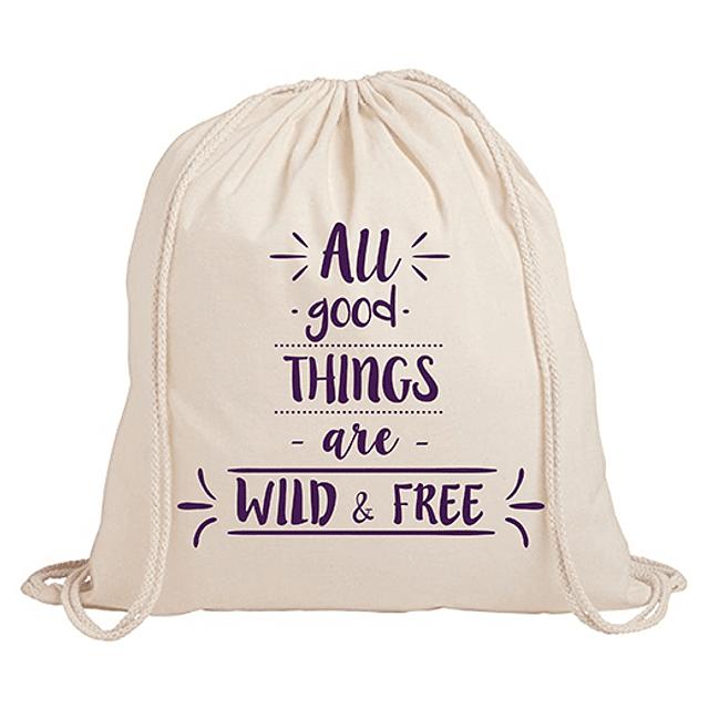 "Mochila frase ""all good things are wild&free"" texto morado"
