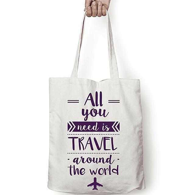 "Totebag frase ""all you need is travel around the world"" texto morado"