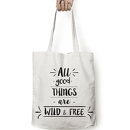 "Totebag frase ""all good things are wild & free"" texto negro"