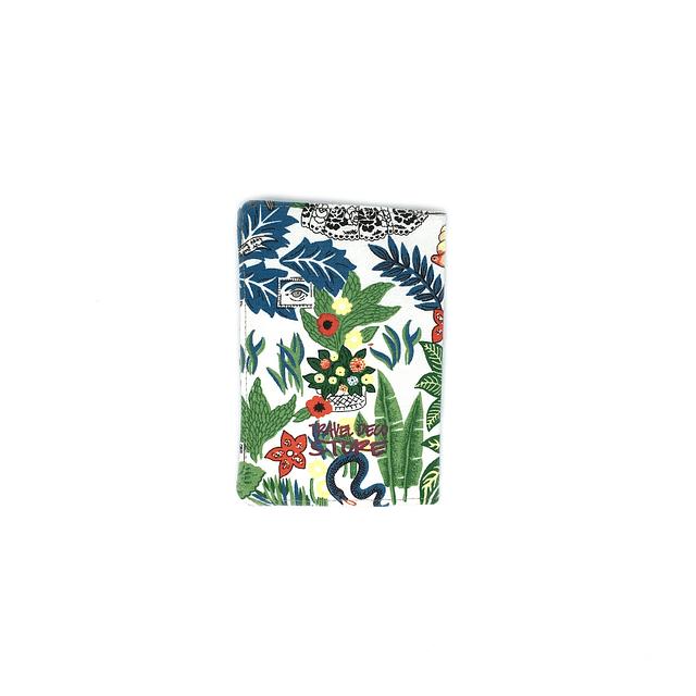"Porta pasaporte tela ""Frida Khalo fondo blanco"""