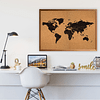 Mapa mundi negro corcho a la vista con países segmentados marco madera