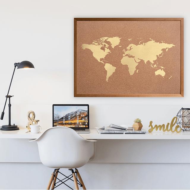 Mapa mundi dorado corcho a la vista marco madera