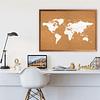 Mapa mundi blanco corcho a la vista con países segmentados marco madera