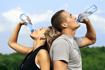 ¿Cuanta agua debemos tomar al día y porque es importante para la piel?