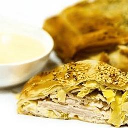 Strudel de masa filo con jamón de pavo, queso crema y alcachofa