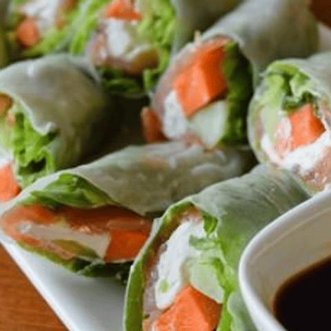 Rollitos de papel de arroz y salmón