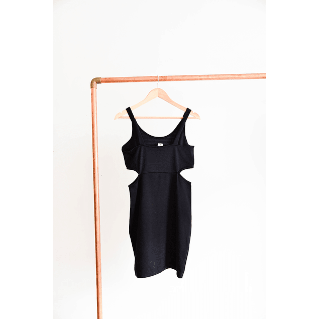 Vestido negro cut out