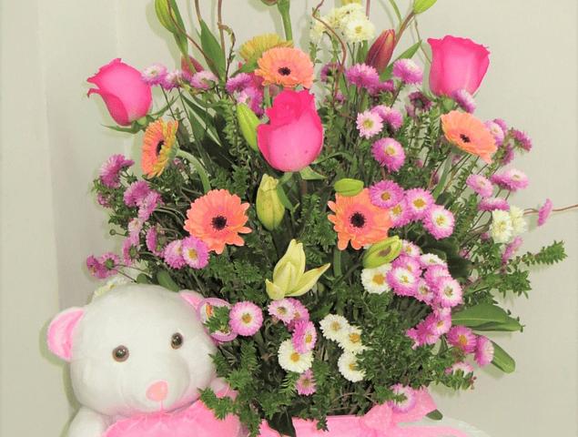Arreglo Floral Mixto con Peluche